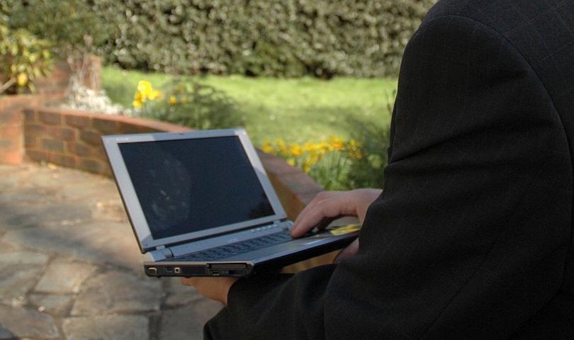 мъж с лаптоп