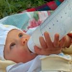 Почти всяко бебе в България се храни с изкуствени храни