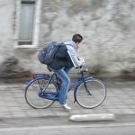 Ходенето пеша или с колело на училище е полезно за сърцето