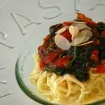 Здравословна рецепта за пролетна паста със спанак, грах, домати и бадеми