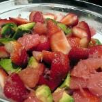 Здравословна рецепта за свежа салата с ягоди, грейпфрут и авокадо