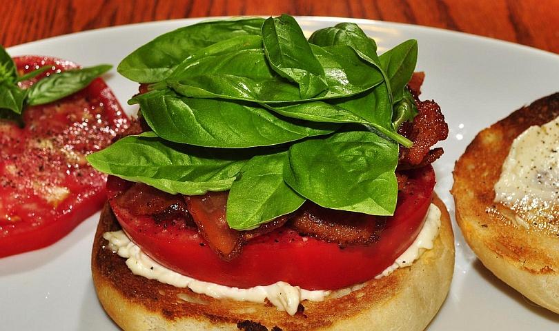 сандвич с босилек, домат и бекон