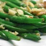 Здравословна салата с фасул, домат, лук и чесън