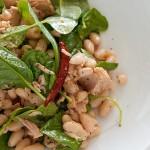 Здравословна салата с риба тон, боб и спанак