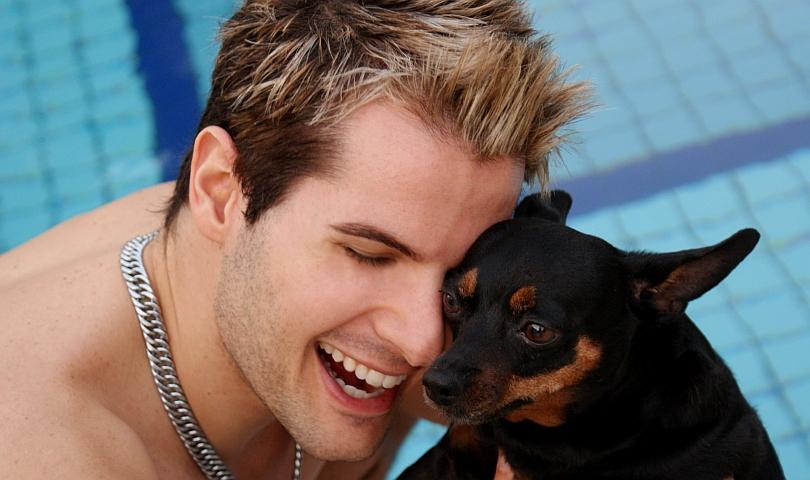 мъж с куче