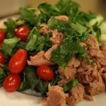 Здравословна салата с риба тон, спанак, чери домати и боб