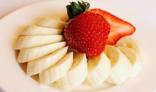 банани и ягоди