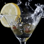 Кой Джеймс Бонд пие най-много?