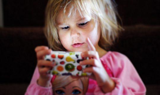 дете със смартфон