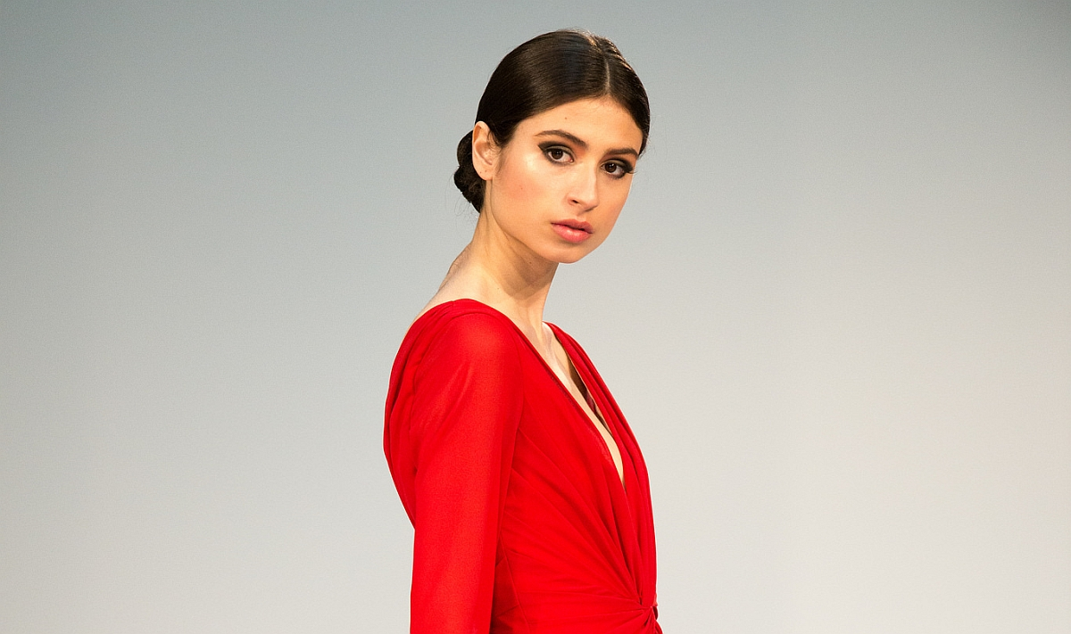 жена в червено