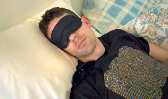 мъж спи