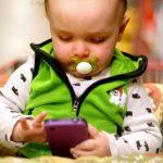 Смартфони и ТВ увреждат мозъка на бебета и малки деца