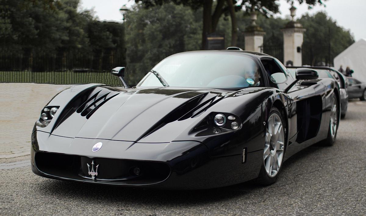 черна супер кола