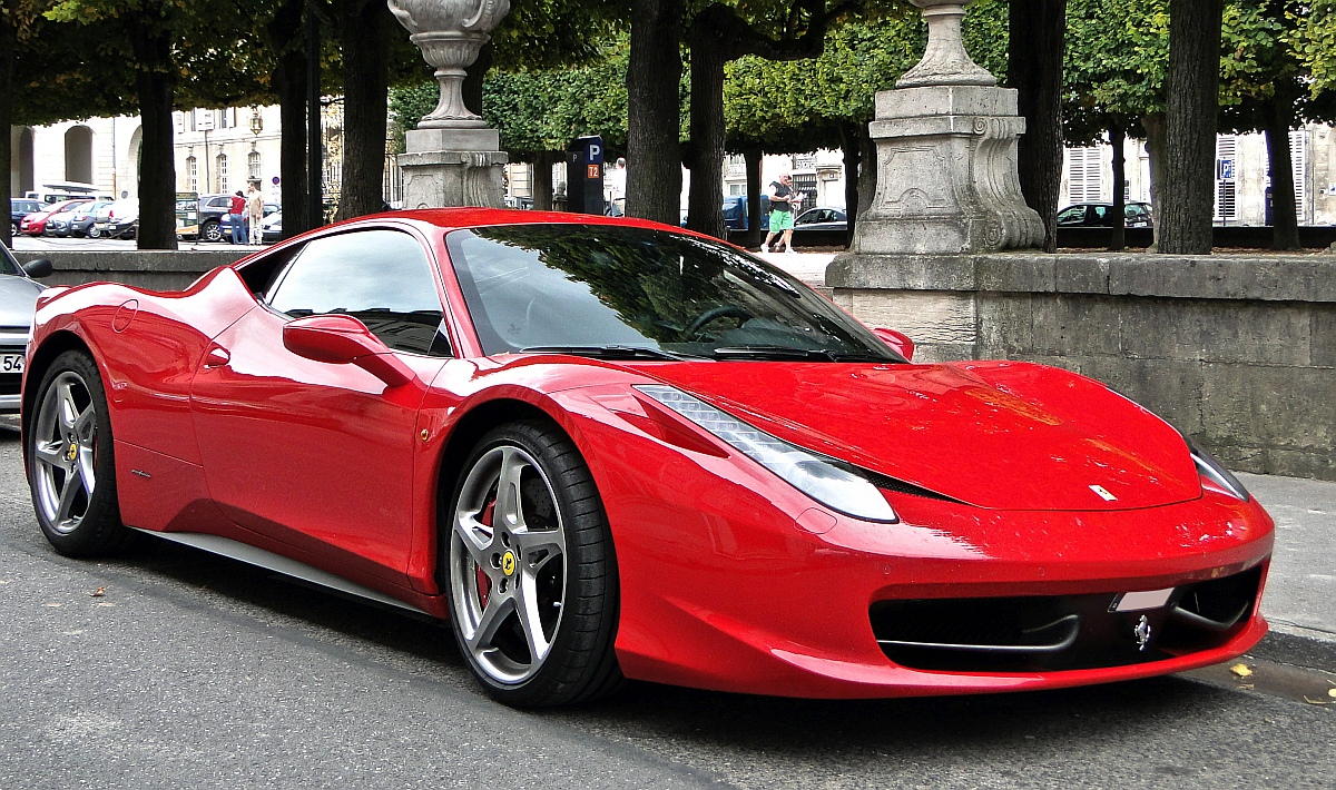червена супер кола