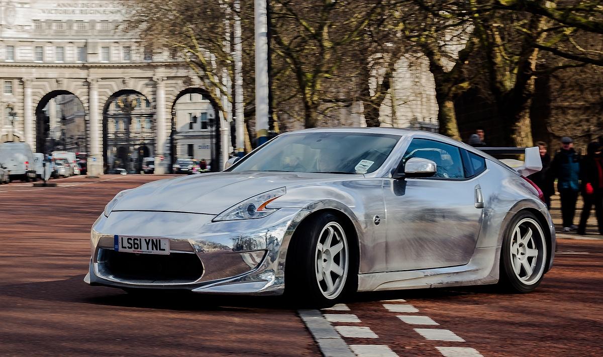 сребърна супер кола