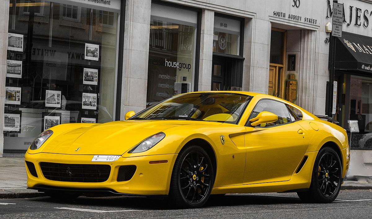 жълта супер кола