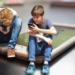 Франция забрани смартфоните за учениците под 15 години