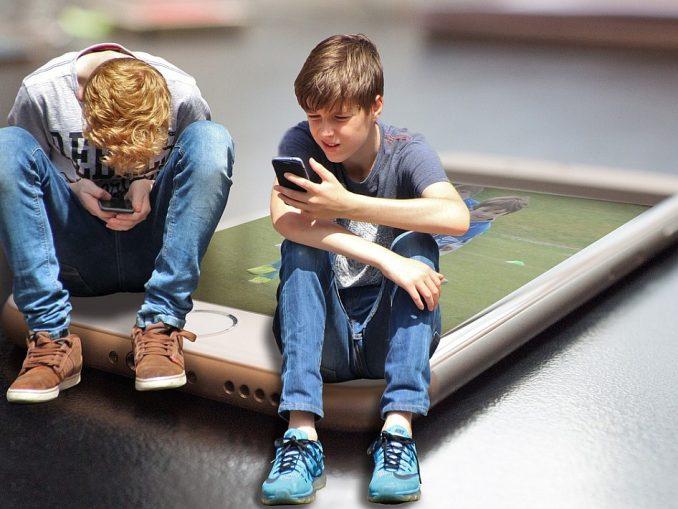 момчета със смартфон