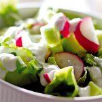 Здравословна зелена салата с кисело мляко