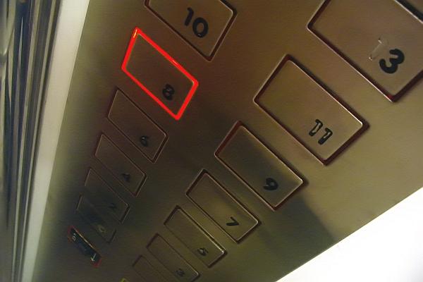 бутони в асансьор