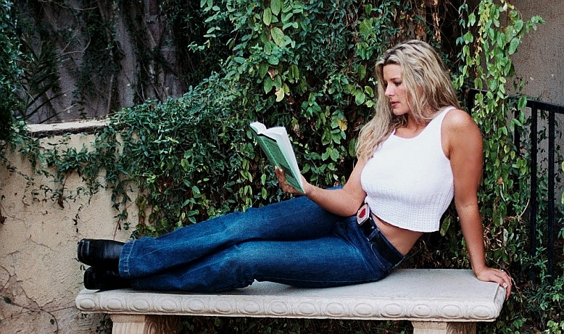 жена чете