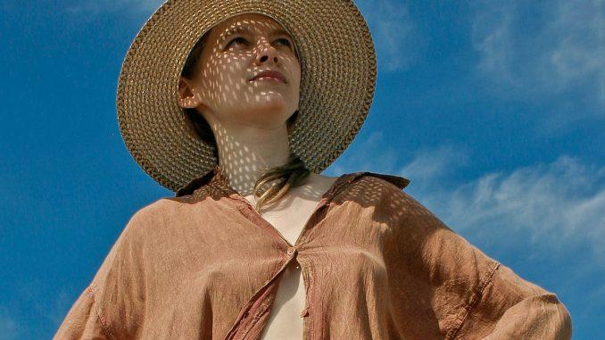 жена на слънце