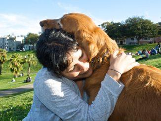прегръдка на жена с куче