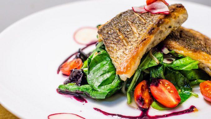 салата от риба, спанак и боровинки
