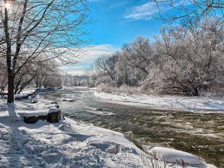 река в слънчев зимен ден