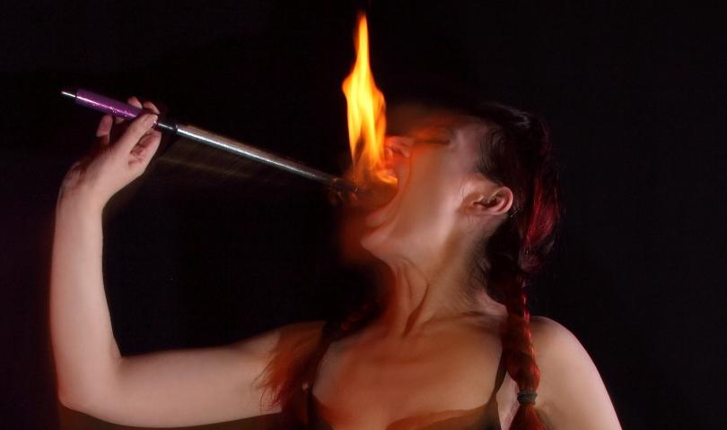 жена гълта огън