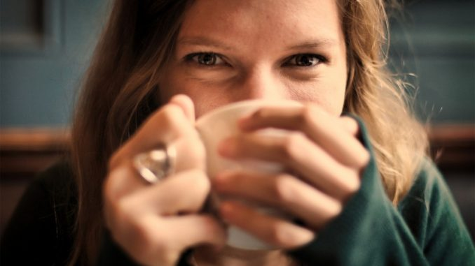 жена с чаша
