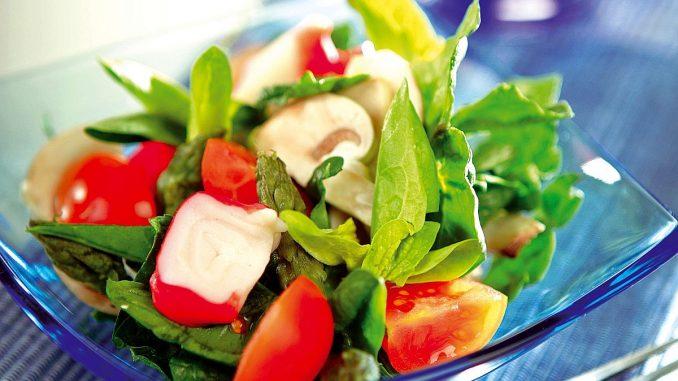 зелена салата с аспержи и раци