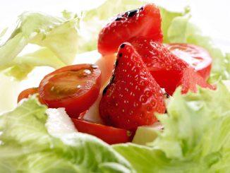 зелена салата с чери домати и ягоди