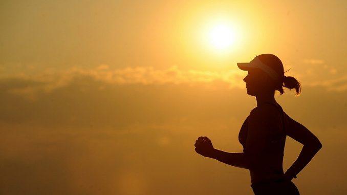 жена тича на слънце