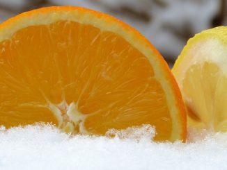 портокал и лимон в снега