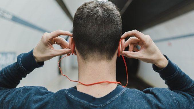 младеж със слушалки