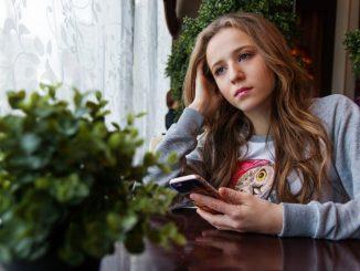 момиче със смартфон