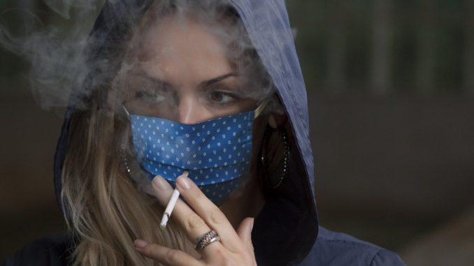 пушачка с маска