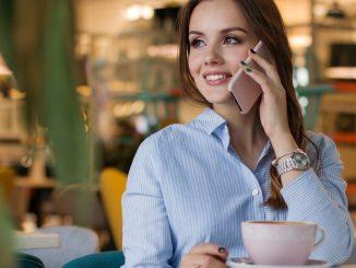 жена в кафене